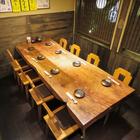 最大10名様ま対応できる半個室をご用意。一枚板の天板を囲んで、会社宴会はもちろんプライベート飲みにも最適☆お席はご予約必至ですので、お早目のお問い合わせをおススメします!!