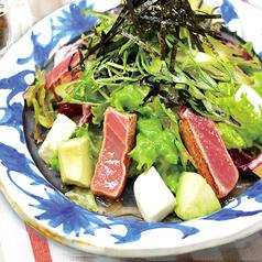 京都九条葱を添えた炙りマグロとアボカドのサラダ