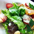 料理メニュー写真フライドチキンのシーザーサラダ