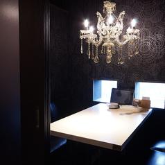ムード抜群のシャンデリア付き完全個室!大人デートにぴったり♪2名様~4名様までご利用可能です。デートや記念日を、プライベート空間でお過ごしいただけます。小さな窓がついているので、完全個室でも狭く感じづらく、お席も暗くありません☆