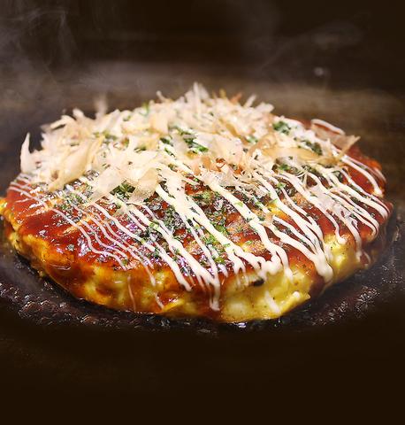 大好評のお好み焼きの美味しさのヒミツは、こだわりのソースと生地にあり!