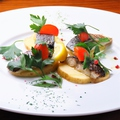 料理メニュー写真じゃが芋のグリルと〆鯖を軽くバーナーで炙りました
