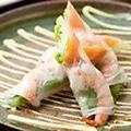 料理メニュー写真海老とスモークサーモンの生春巻き(S)