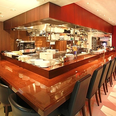料理人との距離も近いカウンター席でその日オススメの食材やお酒を聞いてみるといいかも…