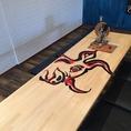 このテーブルは1席だけ!6名様~10名様でご利用いただけるテーブルです。『旅の途中の肉バル砂漠』のロゴ入り!!