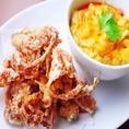 殻ごと食べられる柔らかい蟹を使用した贅沢グルメの「ソフトシェルクラブのカレー炒め」も人気の一品!他にも海老カツや海鮮春雨サラダなど、シーフード料理を多数揃えております★