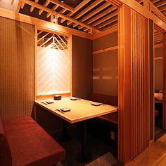 【ゆったり個室にリニューアルオープン!】気軽にご利用いただけるソファ個室は、4~6名様まで可能。ゆったりとした個室空間で、お客様同士の距離を保ちつつ、お料理をお愉しみ下さい。写真は4名様用個室です。(※細かくは、5席×1室、4席×4室となっております)