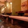 ゆったり寛げるテーブル席か、こだわりの備前焼・信楽焼の器を愉しめるカウンターか。お好きな方をお選びください。