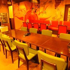 店内中央の「目立ちたがり屋さんいらっしゃい」席はコチラ♪ご自分で見て選べる&注げる飲み放題のワインカウンターすぐ横に位置する、緑で統一したテーブル席は最大8名様迄ご利用いただけます。お好みのワインをセレクトしてその場で立ち飲み♪なんて光景もしばしば!シーンに合わせてテーブルレイアウトも自由自在です。