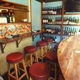会社帰りのお一人様やカップルに最適なカウンター席です!世界中から厳選したワインを取り揃えております。ワインに合う逸品料理も種類豊富にご用意しておりますので、是非ご堪能ください。外を見渡せるカウンター席もございますので、お気軽にお立ち寄りください。
