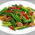 料理メニュー写真にんにくの芽と豚肉細切り炒め/牛肉の黒胡椒鉄板焼き/鶏の唐揚げ