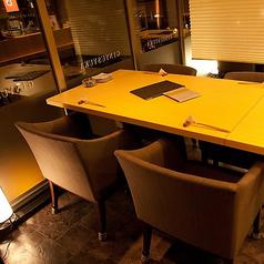 ブラインドを降ろしたテーブル席。半個室に