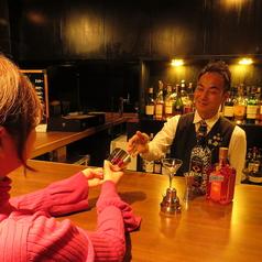 一人でしっぽり飲むも良し、マスターとの談笑を楽しむも良し。一人でお好みの使い方ができるカウンター席です♪