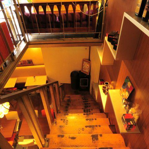 気の合う仲間達や素敵なモノ達と一緒に、ゆっくりと流れる時間、ずっと変わらずそこに残る空間・・・そんなちょっと懐かしい雰囲気の【Le Cafe RETRO】。地下へ続く大きな吹き抜けの階段は、どこか懐かしさを感じさせます♪