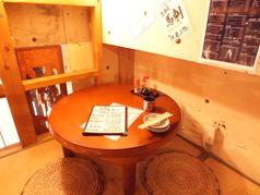 階段上のお座敷は半個室!親しいご友人やカップルでどうぞ。2~3名様向けお部屋が1室、3~4名様向けのお部屋が1室です。