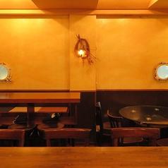 半個室も含めテーブル席は全部で5つ。こちらの長方形のテーブルは二つになります。つなげれば最大12名様席のロングテーブルとしてもご利用頂けます。