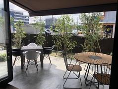 爽やかな風を感じながらお食事が楽しめるテラス席をご用意♪ランチタイムもディナータイムも、様々な時間に素敵なひと時を