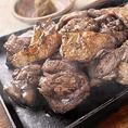 「みやざき地頭鶏」の特徴は、コシがあるのに柔らかい、ジューシーな肉質と噛めば噛むほどに湧き出る深い味わいにあります。特にじとっこの炭火焼は、香ばしい鶏油の香りが合わさって、滋味に溢れた逸品です。また、ササミや胸肉などもパサパサせず、鶏の旨みが豊富。さらに言えば、低脂肪、低カロリーで消化によいのも特徴