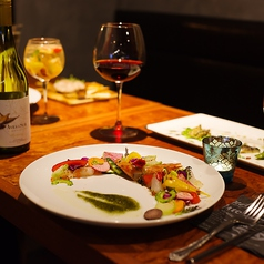 女子会や誕生日会、記念日、ママ会に最適なテーブル席あり◎パスタやワイン、洋風肉寿司をお楽しみください。