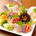 新鮮で、旬のものだけを選りすぐって調理したお刺身盛は日本酒によく合う逸品。単品で色々頼んで自分だけのオリジナル刺盛にすることも出来ます!刺身のほかにも、旬の新鮮野菜を使用したサラダなどもいろいろご用意。旬のものを味わうなら当店へどうぞ!