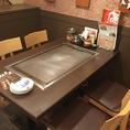 【2F】 ゆったり座れる4名様用テーブル席、各種宴会にも対応いたします。13名様からフロア貸切も可。