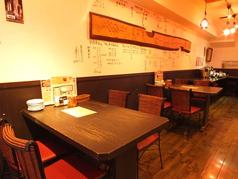テーブル席は4名様用のお席が3つ。広めの造りでゆったりお寛ぎ頂けます。