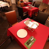 2名様でご利用いただけるテーブル席。デートなどカジュアルにお楽しみください。