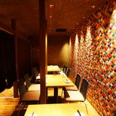 【1F】16名様前後で一列で個室感覚でも使えるモザイクタイルのテーブル席。