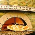 【CHESS自慢の石窯!】もちもちPizzaの原点です★ピザは粉にも拘って本場イタリアから取り寄せ、ご注文が入る度にこの石釜で焼き上げています。だから、コースでも単品でも、供されるピザはいつでもできたて!もちもち!かりっかり!!焼き立てピザから立ち上る香ばしい香りで、食欲とワクワクは一気にMAXへ!!