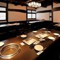 店内は白黒の内装に統一し、落ち着きのある和の空間を演出しています。完全個室(2名~30名)、フロア貸切(50名迄)、テーブル席等のご利用が可能です!