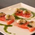 料理メニュー写真トマト、ホタテ、生ハムのカプレーゼ(バジルソース)
