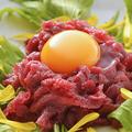 料理メニュー写真霜降り馬刺しのユッケ 地鶏卵使用