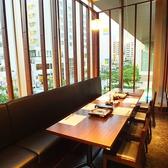 最大12名様までご利用できる個室席。国際通りの景色も楽しむことが出来ます