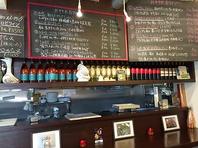 こだわりの空間で種類豊富なワインをお楽しみください