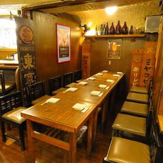 4名様2席またわ8~9名様の暖簾で区切た半個室席テーブル席