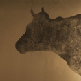 新羅のシンボルマークである牛の彫刻がございます。外観、内装、料理、ドリンク、料理人のすべてにこだわりぬいた新羅浦安駅前店。