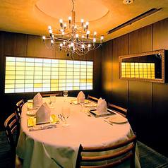 個室は2部屋。シャンデリアのある個室は6名様用。 くつろぎの中でプライベートディナーを満喫ください。