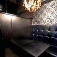 シックでオシャレな個室はコンパや女子会におススメ!シャンデリアが豪華な雰囲気を演出します。大人気の個室なのでご予約必須!ご予約はお早目にどうぞ。