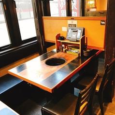木のぬくもりを感じるテーブル席となっております。タッチパネルでラクラク注文いただけます!2から6名様におすすめ