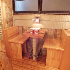 2名様テーブルや4名様テーブル等木彫のテーブル席も多数ご用意しております♪店内全貸切は40名様以上からOK♪全貸切希望の方はお問い合わせください♪フリーのお客様から大人気なのはやっぱり「肉料理」や「品揃え多数のチーズ」、「料理に合うワイン」、そして飲み放題付のコースはクーポン利用で更にお得♪女性からも人気