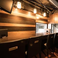 【3F】カップルシート 窓に面したカウンター席は、恵比寿の夜景を眺められるカップルシートになっています。2組限定の特等席です。