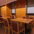 2~4名様で楽しめるテーブル席 (6名様用も1卓あり)