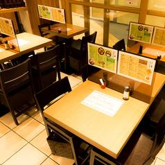 メニューが備え付けられているテーブル上の「仕切り」を外せば、更に広々とお使いいただけます。レイアウトしやすいテーブル席を中心とした店内は人数に合わせてお席のご用意ができます♪ご利用人数など是非お気軽にお問い合わせ下さい。
