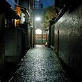 割烹越野は都会の喧騒から離れた最も神楽坂らしいと言われている石畳の路地の一番奥に在ります。