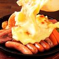 料理メニュー写真ベーコン&ソーセージ ラクレットチーズ掛け