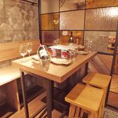 4名様席の木彫のテーブル席♪4名様での人気料理は約150g相当のA3サイズのプレートでお出しする生ハムの盛り合わせ♪やっぱり肉料理が大人気です★さらにはチーズやワイン等、イタリアン&居酒屋ならではの料理が大人気♪飲み放題コースも4名様から◎クーポン利用で飲み放題コースの方がお得かも♪必ずクーポンページを♪