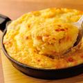 料理メニュー写真しらすクリームのグラタン風鉄鍋チーズオムレツ