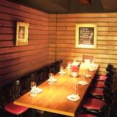 個室は大人数の宴会に最適!8名様個室×3、10名様個室×1、間仕切りのカーテンを開ければ、最大34名様のご宴会席としてもご利用可能です。