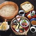 竹かご弁当は 季節の盛り合わせ色々・お造り・天ぷら・名物たらいうどん・甘味 までついた、贅沢なお食事内容となっております。家では味わえない、上品なお食事をたのしんで頂けます。もちろん、うどんはおかわり自由です!