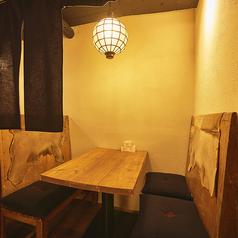 【3階】4名様でご利用できるボックス席。和風ながらも可愛らしい照明が印象的です。